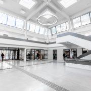 Moderner und offener Empfangsbereich nach der Sanierung