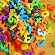 Buchstabensalat aus Plastikformen