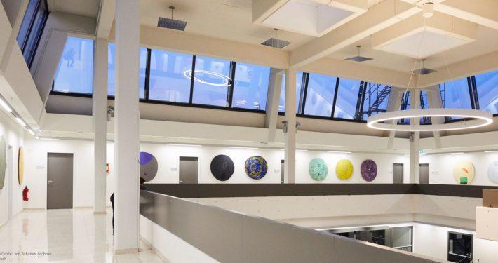 """Ausstellung """"Tilly Lab Circle"""" von Johanes Zechners auf der """"Großen Galerie"""" im Eingangsbereich der Alpen-Adria-Universität"""