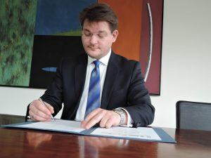 Rektor Oliver Vitouch bei der Unterzeichnung des neuen Letter of Intent, der das neue Kooperationsabkommen der fünf steirischen Universitäten mit der Universität Klagenfurt besiegelt