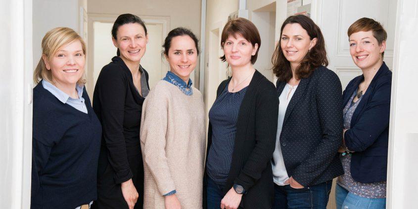 Die Dual Career Ansprechpersonen der steirischen Universitäten (v.l. Waltraud Heschl, Armanda Pilinger, Julia Goldgruber, Karin Zach und 1.v. r. Edith Miedl) freuen sich über Verstärkung im Netzwerk durch Bettina Auer (2.v.r.), Dual Career Kontaktperson der AAU