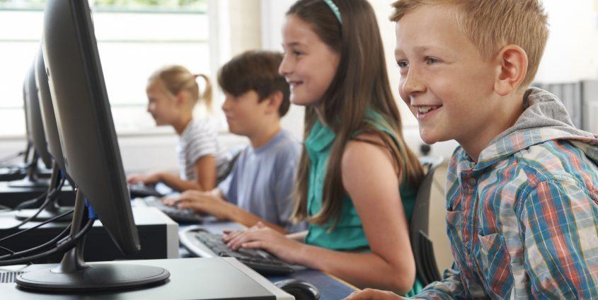 Group Of Elementary School Children In Computer Class   (c) Fotolia: 71234934