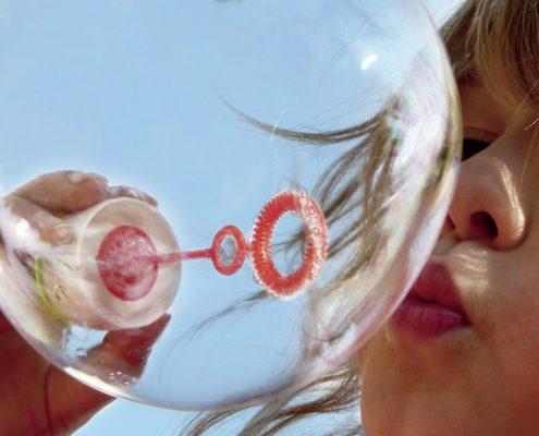 Kind macht Riesenseifenblase