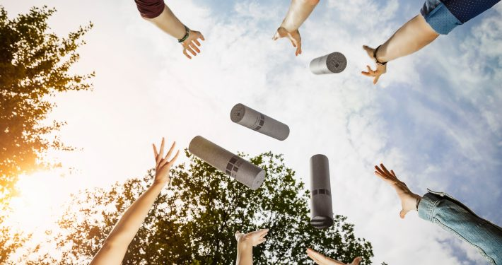 Akademische Feier: Sponsionsrollen werden in die Höhe geworfen
