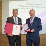 LH Peter Kaiser ehrte Konrad Krainer mit dem großen goldenen Ehrenzeichen des Landes.