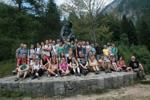 Sommerkolleg Bovec 2018 vor dem Kugydenkmal