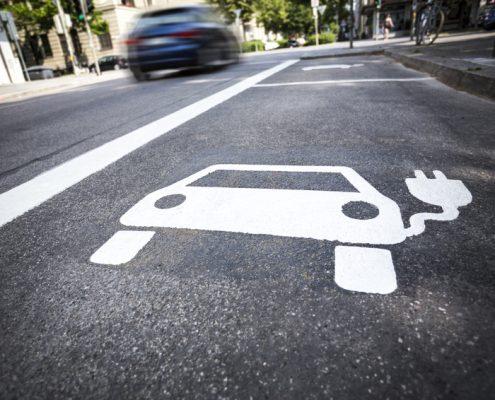 Parkplatz mit Markierung für Elektroautos
