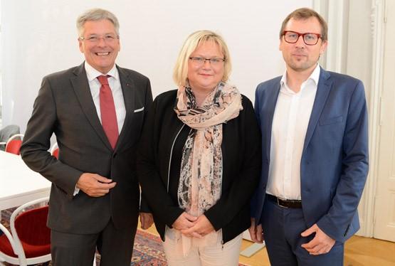 Landeshauptmann und Kulturreferent Peter Kaiser, Vorsitzender des Kulturgremiums Erich Schwarz (rechts) und Stellvertreterin Anke Bosse | Foto: LPD