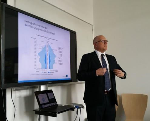 """Prof. Rondo-Brovetto präsentiert zum Thema """"Digitalisierung in öffentlichen Verwaltungen"""", Foto: Rondo-Brovetto P."""