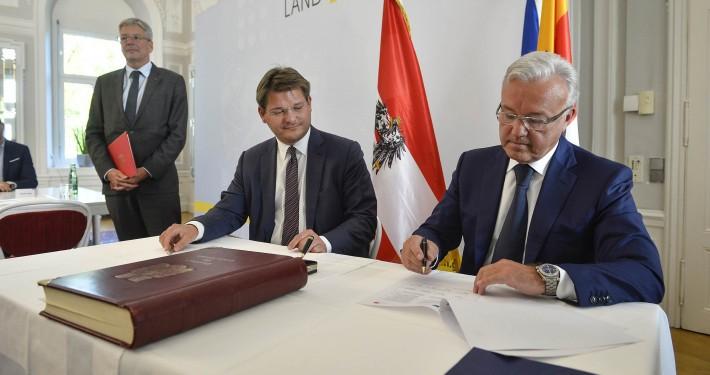 """Unterzeichnung des """"Memorandum of Understanding"""" zwischen Gouverneur Alexander Uss und Rektor Oliver Vitouch"""