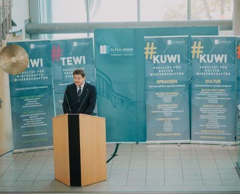 Rektor Oliver Vitouch heißt die Erstsemestrigen willkommen | Foto: aau/Christina Supanz