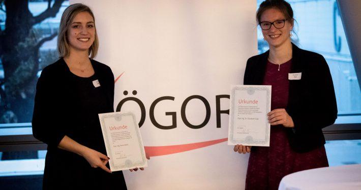 ÖGOR-Preisverleihung an Anna Jellen (links) für ihre Masterarbeit und Elisabeth Gaar (rechts) für ihre Dissertation