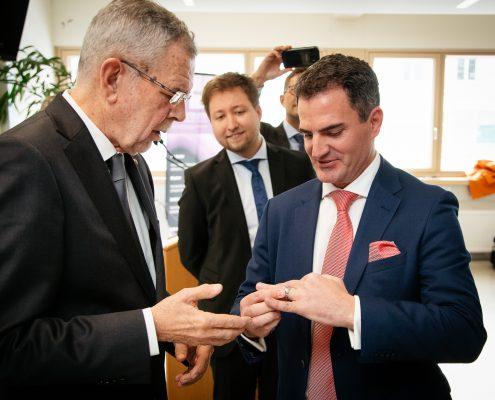 Bundespräsident Van der Bellen überreicht den Ehrenring an Christian Niemetz