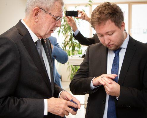 Van der Bellen überreicht den Ehrenring an Benjamin Hackl