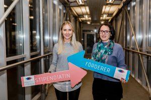 Bettina Werhonig, HR Business Partner, Stadtwerke Klagenfurt & Stipendiatin Sara Wagner | Foto: aau/Christina Supanz
