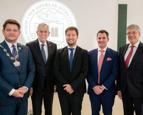 Rektor Oliver Vitouch, Bundespräsident Alexander Van der Bellen, Benjamin Hackl, Christian Niemetz und Landeshauptmann Peter Kaiser