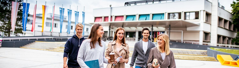 Studierende auf dem Vorplatz der Universität Klagenfurt