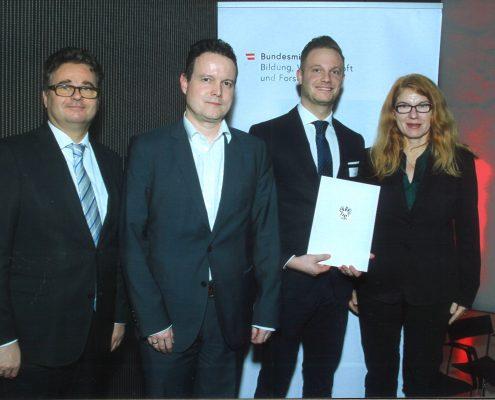 Verleihung des Award of Excellence an Christian Wankmüller mit Heribert Wulz (Stv. Sektionsleiter der Sektion IV), Gerald Reiner (Universitätsprofessor für Produktionsmanagement) und Friederike Wall (Vizerektorin für Forschung)