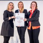 Familienministerin Juliane Bogner-Strauß überreicht das Gütezeichen hochschuleundfamilie an die Universität Klagenfurt