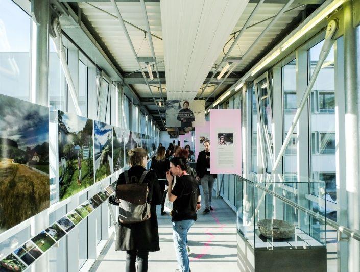 BesucherInnen der Ausstellung Going Görtschitz