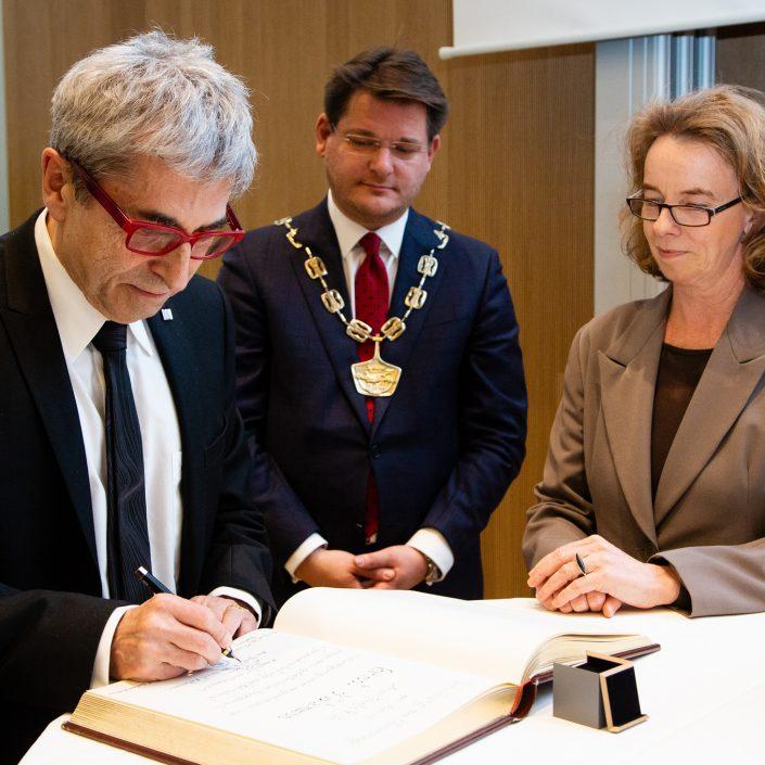 Eintragung in das Ehrenbuch-Ernst Kotzmann, Senatsvorsitzende Larissa Krainer und Rektor Oliver Vitouch