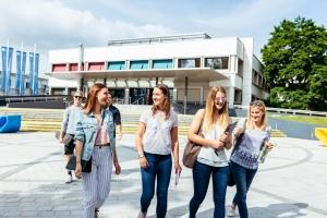 Gruppe von Studierenden am Vorplatz der Universität Klagenfurt