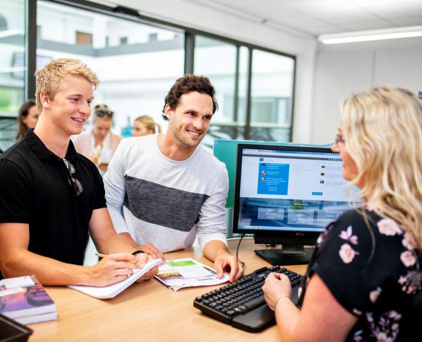 Studierende beim Informationsschalter in der Studienabteilung
