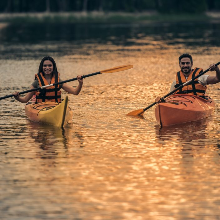 Couple travelling by kayak | (c) Fotolia: © georgerudy