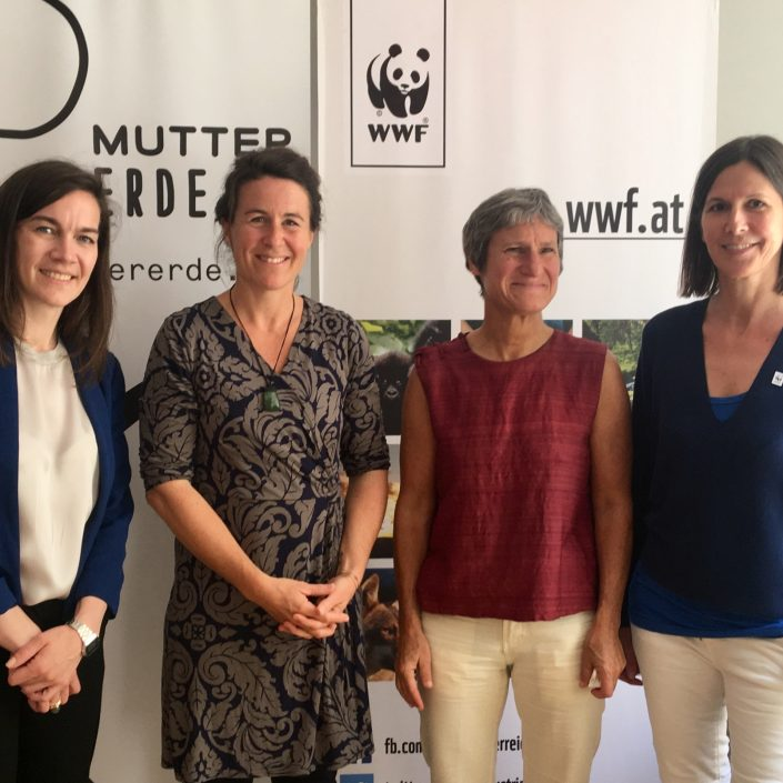 Präsentation der Studie über Wegwerfgesellschaft gemeinsam mit WWF Österreich und Mutter Erde mit (v.l.n.r) Anita Malli (Mutter Erde), Franzisca Weder und Renate Hübner (Universität Klagenfurt) sowie Andrea Johanides (WWF Österreich)