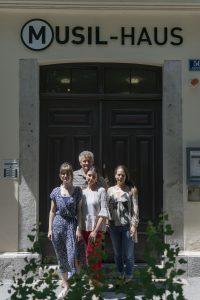 Das Team des Workshops Generationen-Geschichte-Gegenwart vor dem Eingangsportal des Musilhauses