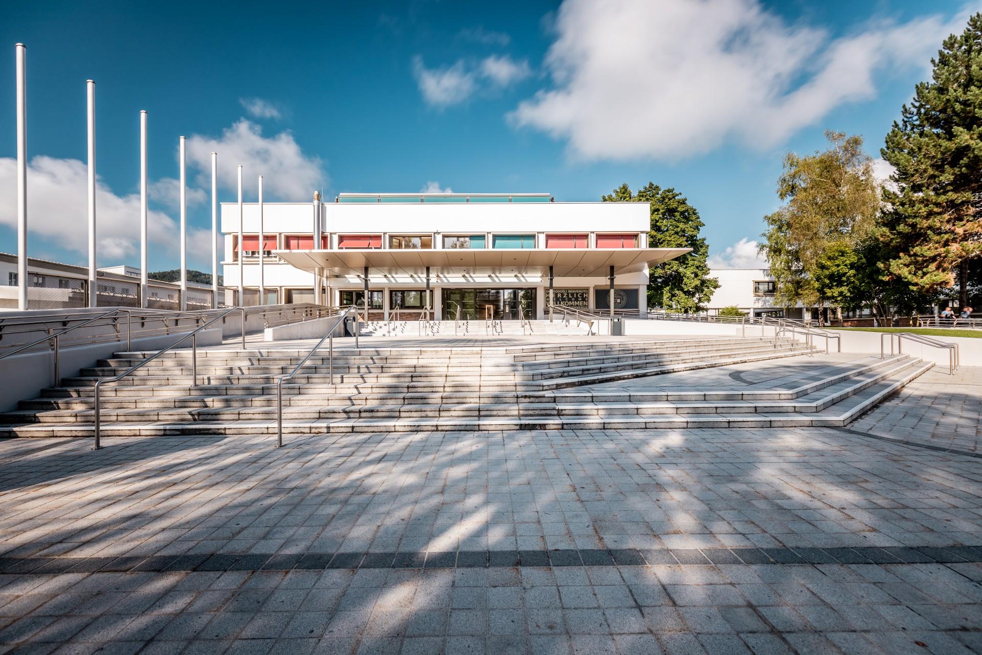 Haupteingang der Universität