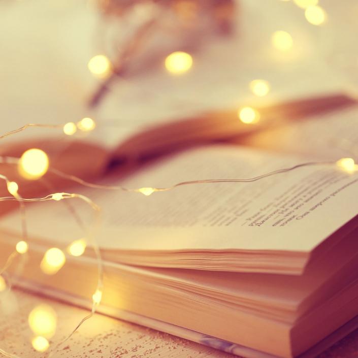 Buch mit Lichterkette | Foto: Yuliya/adobestock.com