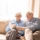 Ältere Menschen mit Tablet | Foto: Seventyfour/AdobeStock