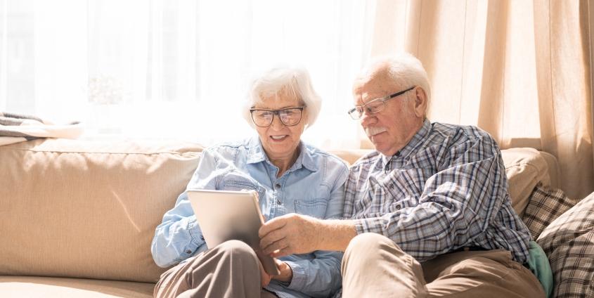 Ältere Menschen mit Tablet