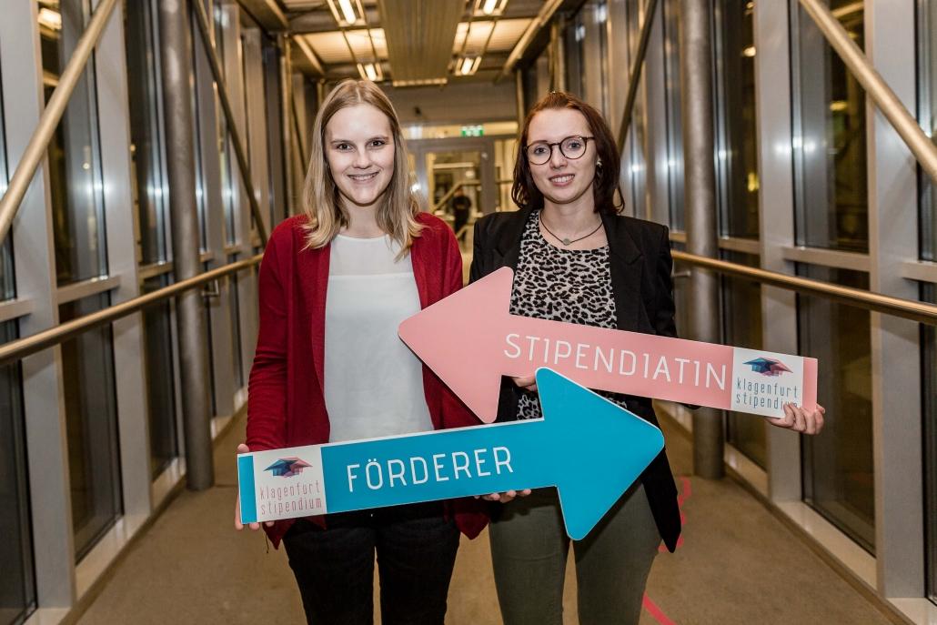 Stadtwerke Klagenfurt AG, Frau Werhonig, und Stipendiatin, Sabrina Gruber, vernetzen sich Foto: aau/Christina Supanz