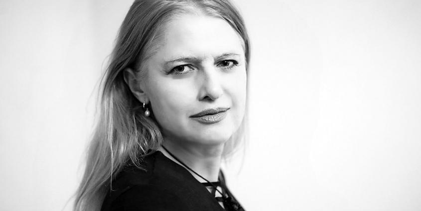 Porträt der slowenischen Autorin Mojca Kumerdej