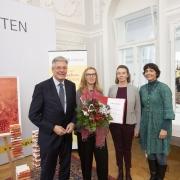 LH Peter Kaiser gratuliert Preisträgerin Ulrike Loch mit Jury Vorsitzender Larissa Krainer und Josefine Scherling | Foto: LPD Kärnten/Peter Just