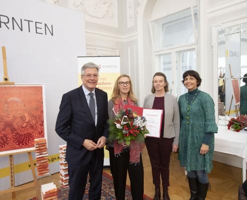 LH Peter Kaiser gratuliert Preisträgerin Ulrike Loch mit Jury Vorsitzender Larissa Krainer und Laudatorin Astrid Robylek | Foto: LPD Kärnten/Peter Just