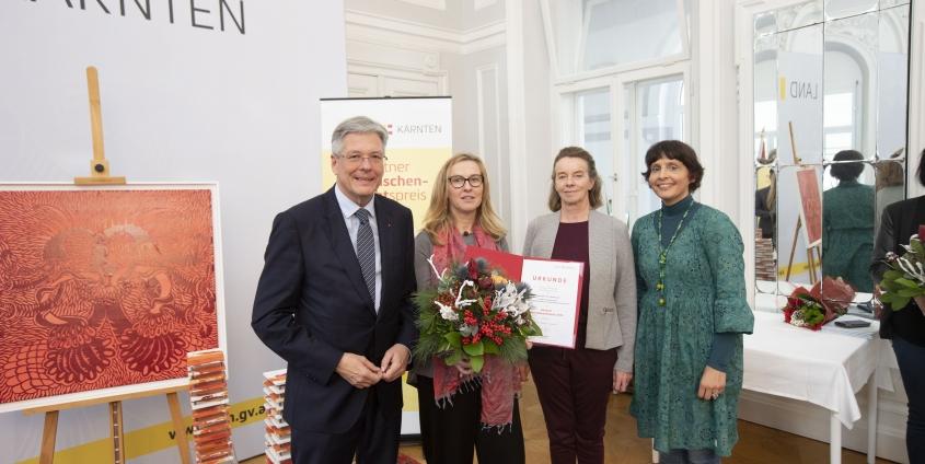 LH Peter Kaiser gratuliert Preisträgerin Ulrike Loch mit Jury Vorsitzender Larissa Krainer und Josefine Scherling   Foto: LPD Kärnten/Peter Just