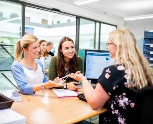 Studierende inskribieren an der Universität Klagenfurt