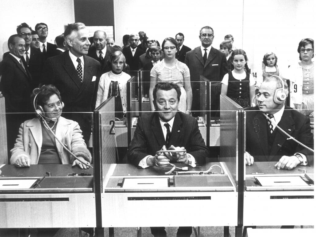 Ministerin Firnberg, Landeshauptmann Sima und Bürgermeister Ausserwinkler im Sprachlabor des Vorstufen-Gebäudes am 5. Oktober 1971 | Foto: Archiv Stadtpresse / H.G. Trenkwalder
