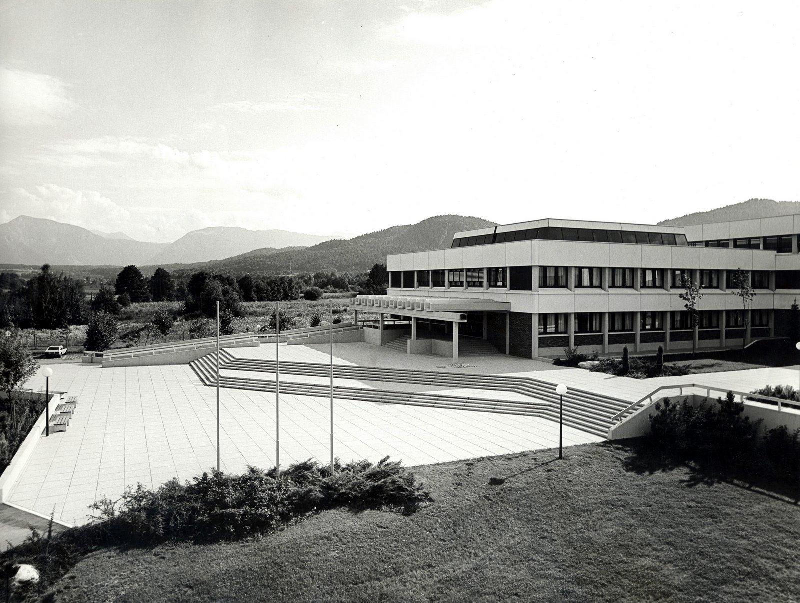 Der Haupteingang der Universität im Jahr 1980   Foto: AAU Archiv, Peter Abuja