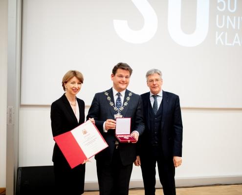 Rektor Oliver Vitouch erhält des Goldene Ehrenzeichen des Landes Kärnten verliehen | Foto: aau/Daniel Waschnig