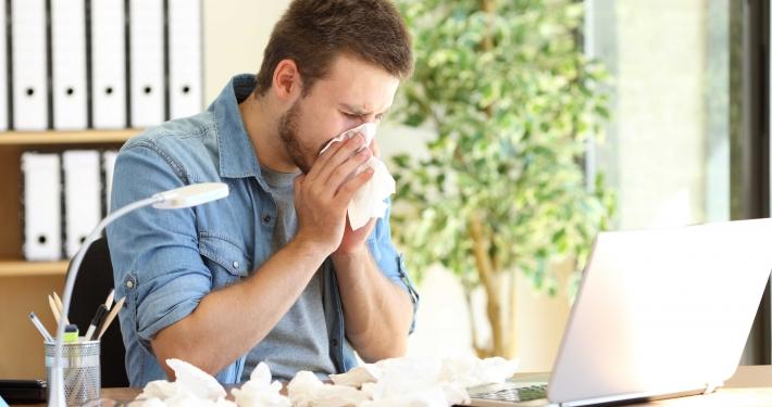 Krank zur Arbeit | Antonioguillem/Adobestock