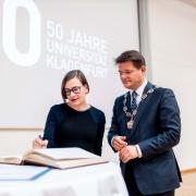 Ehrendoktorin Rae Langton mit Rektor Oliver Vitouch   Foto: aau/Daniel Waschnig