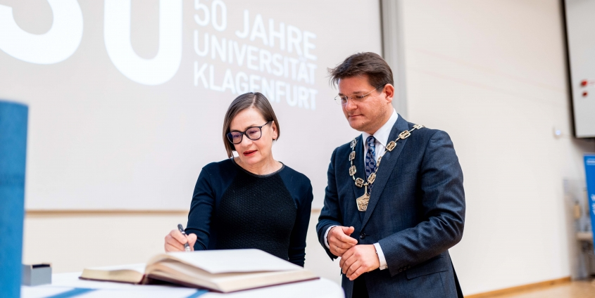 Ehrendoktorin Rae Langton mit Rektor Oliver Vitouch