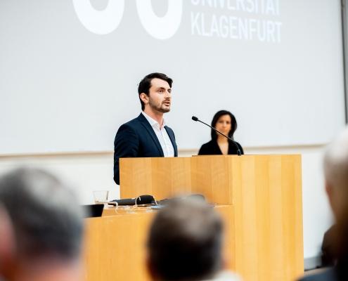 ÖH-Vorsitzender Markus Baurecht spricht Grußworte | Foto: aau/Daniel Waschnig