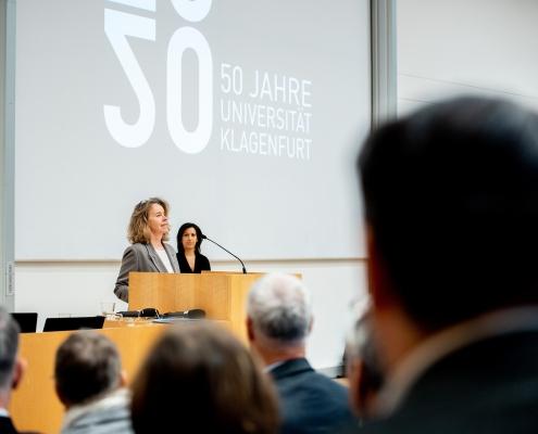 Senatsvorsitzende Larissa Krainer spricht Grußworte | Foto: aau/Daniel Waschnig