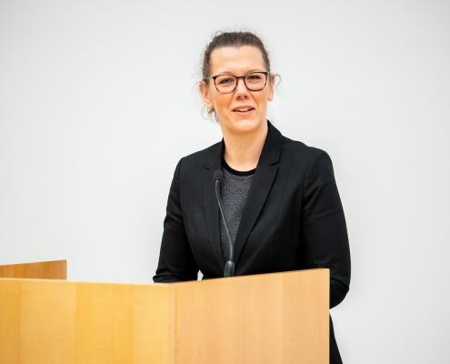 Ministerin Iris Rauskala spricht Grußworte | Foto: aau/Daniel Waschnig