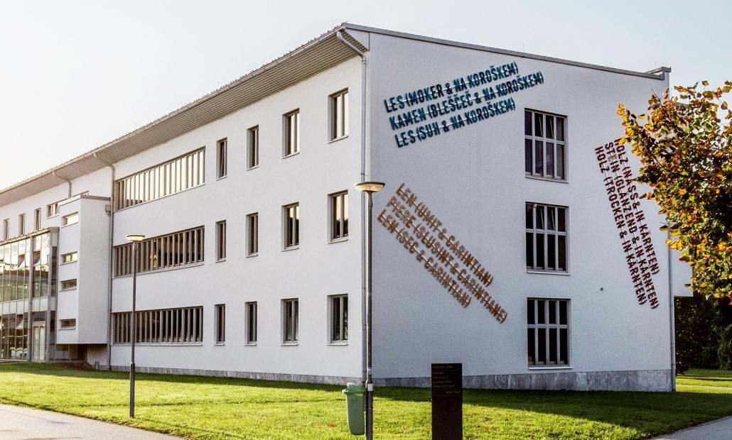 Kunst auf dem Campus, Lawrence Weiner: Holz (Nass & Kärnten)